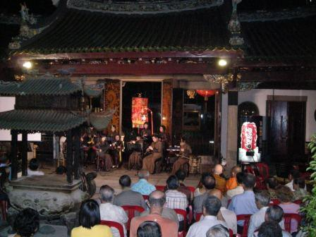thian hock keng audiences watching nanyin