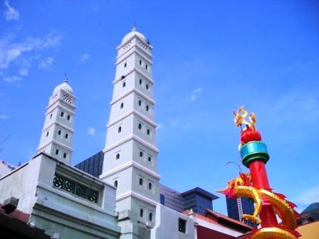 dragon and mosque in singapore chinatown