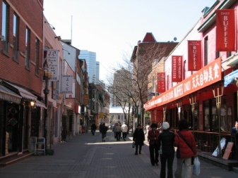 street in montreal chinatown